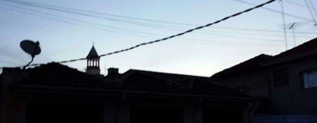 torresta ria no meio de telhados